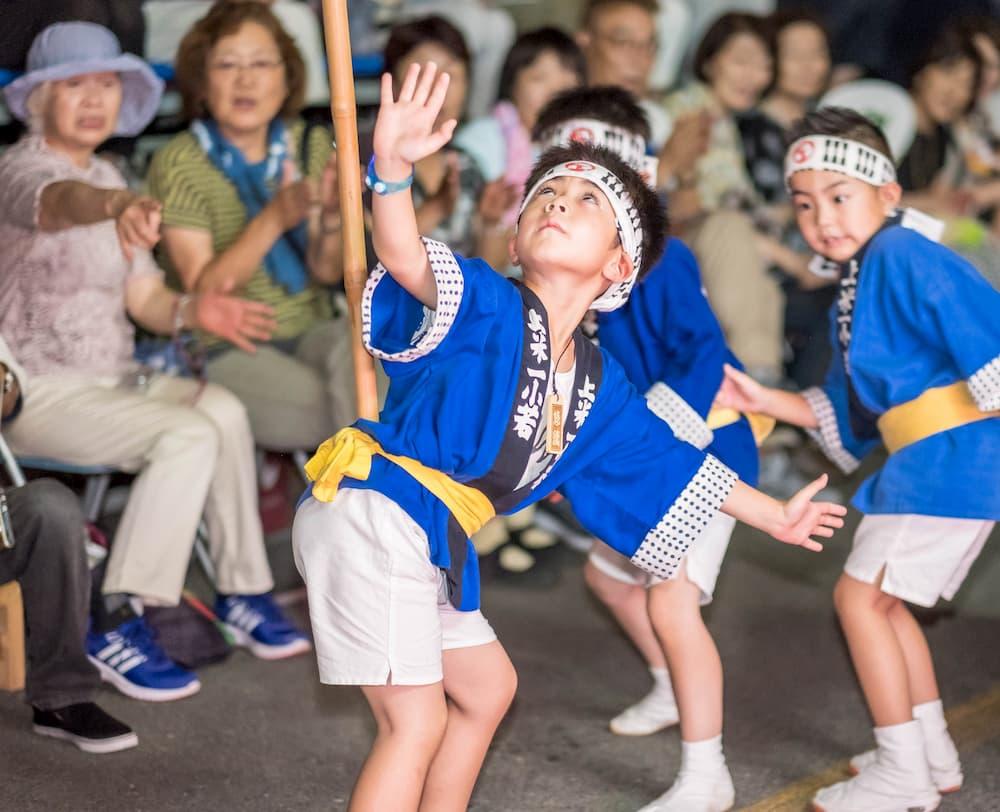 幼若の演技をする子ども